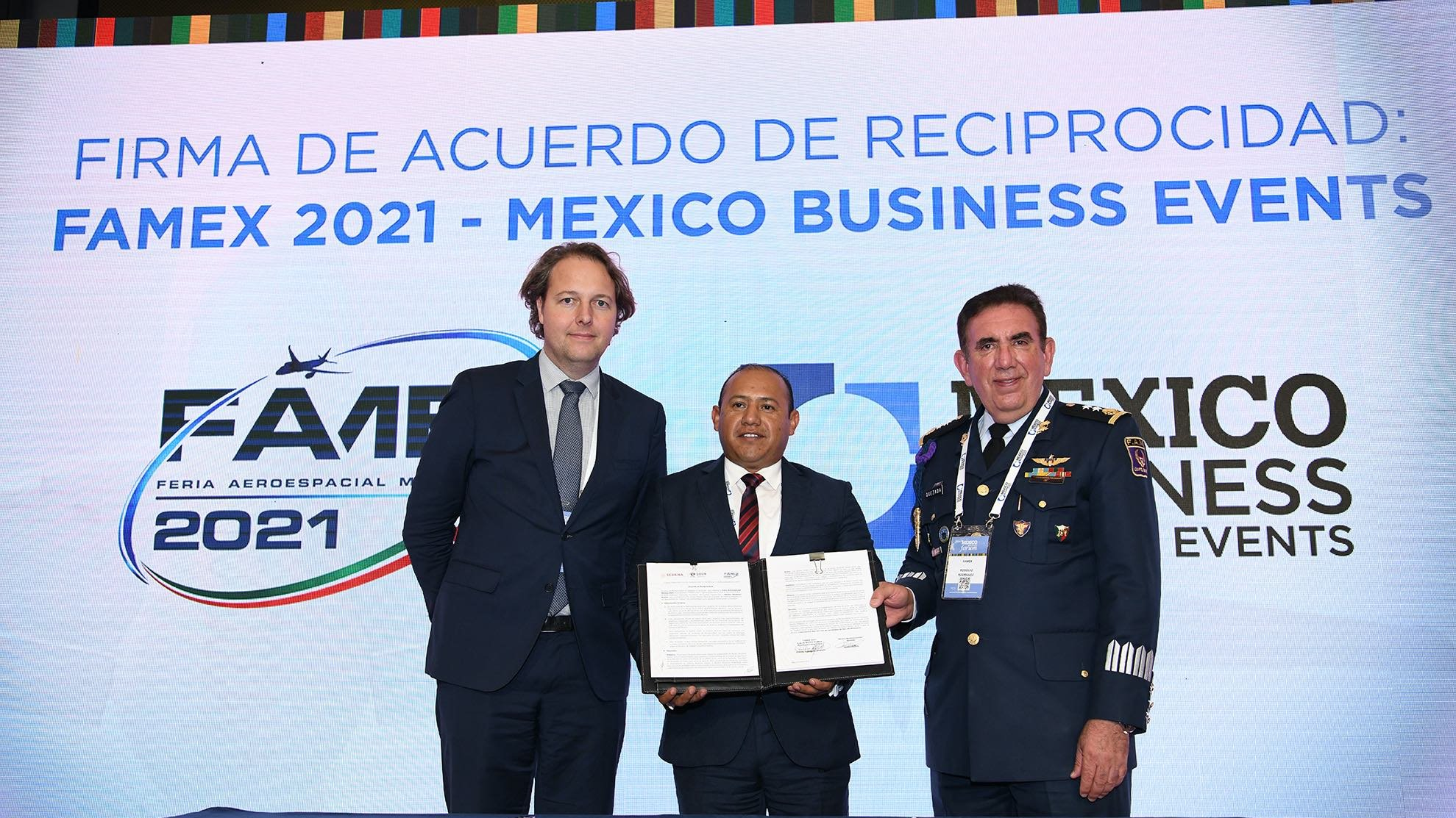 Municipality of Colon, the President of FAMEX and Mexico Business Events signing an agreement before the industry.