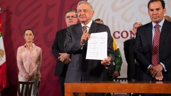 President López Obrador shows the agreement signed with the National Association of Private Hospitals (ANHP)