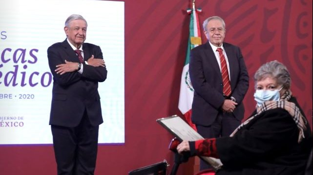 President López Obrador and Minister of Health Jorge Alcocer awarded Aura Erazo Valle for her 52-year career in ISSSTE.