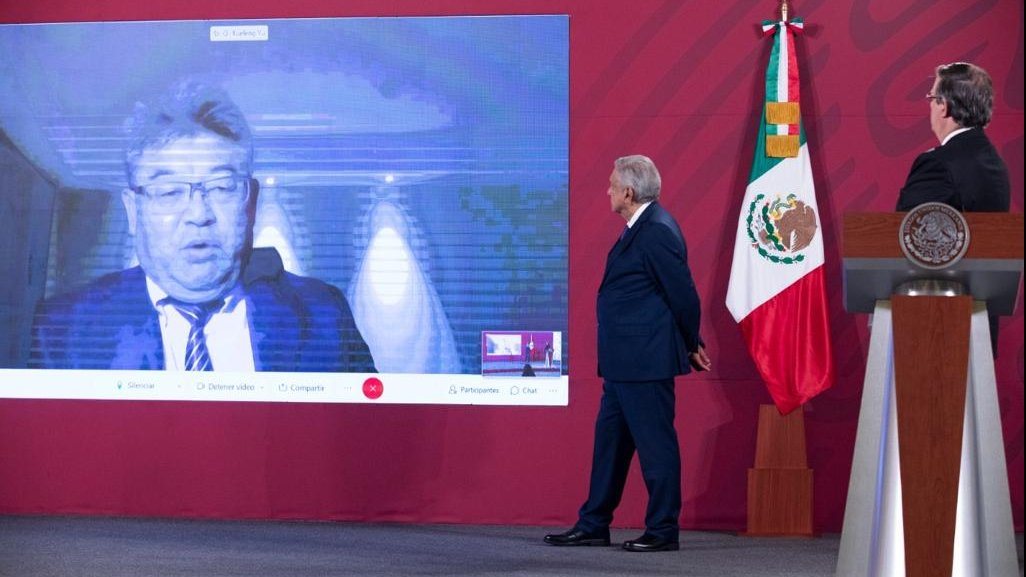 President López Obrador and Chancellor Marcelo Ebrard listen to CanSino CEO Yu Xuefeng during his participation on a remote video call.